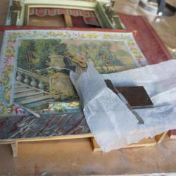 En cours de restauration - Collage de la frise après enlèvement de l'ancienne colle au scalpel